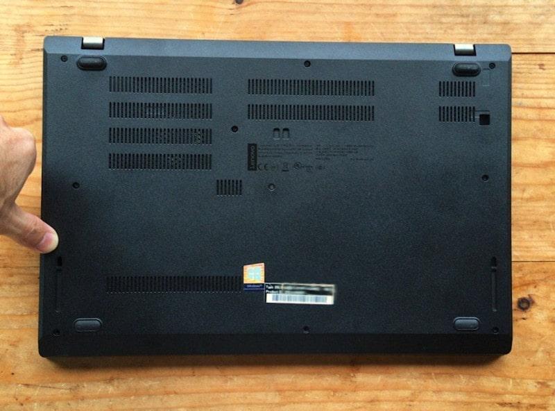 ThinkPad L580の裏蓋を閉める様子を示す画像